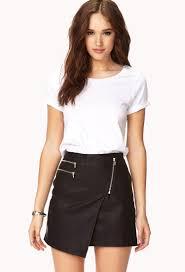 asymetryczna mini skorzana elegancka z biala bluzka