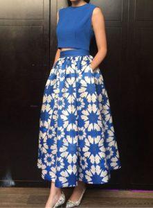 elegacka spodnica midi w kwiaty kobaltowa